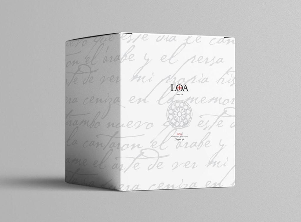 nos llevó a crear un diseño sobrio y Loa, un diseño sobrio y elegante, donde destacan, además de la marca LOA, el rosetón que preside su ermita y un poema al vino escrito por Jorge Luis Borges.